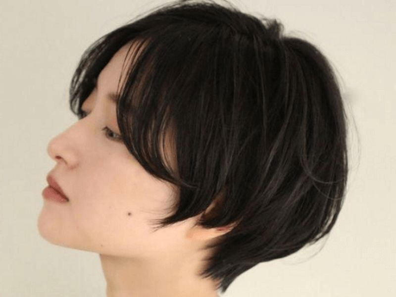 Phần tóc 2 bên má tỉa layer tạo hiệu ứng mềm mại cho gương mặt vuông