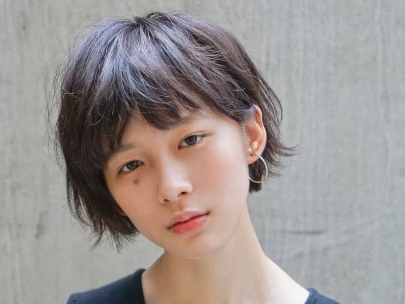 Mái tóc xoăn nhẹ giúp các cô gái trở nên trẻ trung hơn