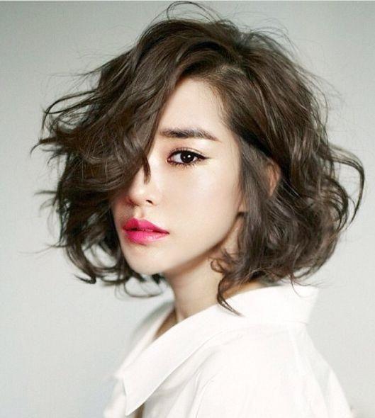 Bạn trông vô cùng thời thượng và hiện đại với mái tóc uốn rối tự nhiên
