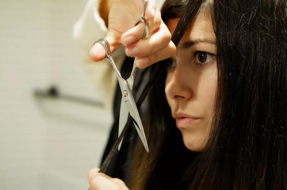 Ảnh cô gái đang tự cắt tóc