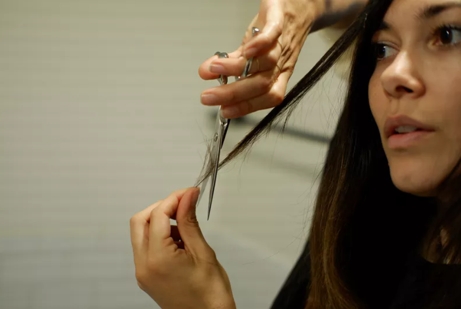 Cô gái đang tự cắt tóc