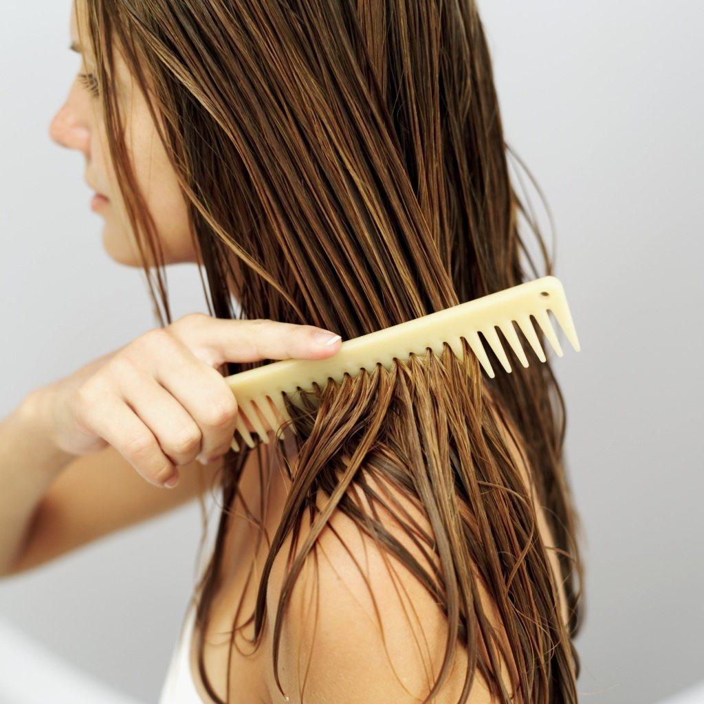 Chải đầu thường xuyên khiến ma sát da đầu và dễ bị tiết nhờn da đầu