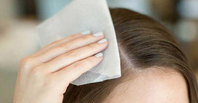 Dùng giấy thấm dầu để hút lượng dầu thừa trên da đầu nhanh chóng