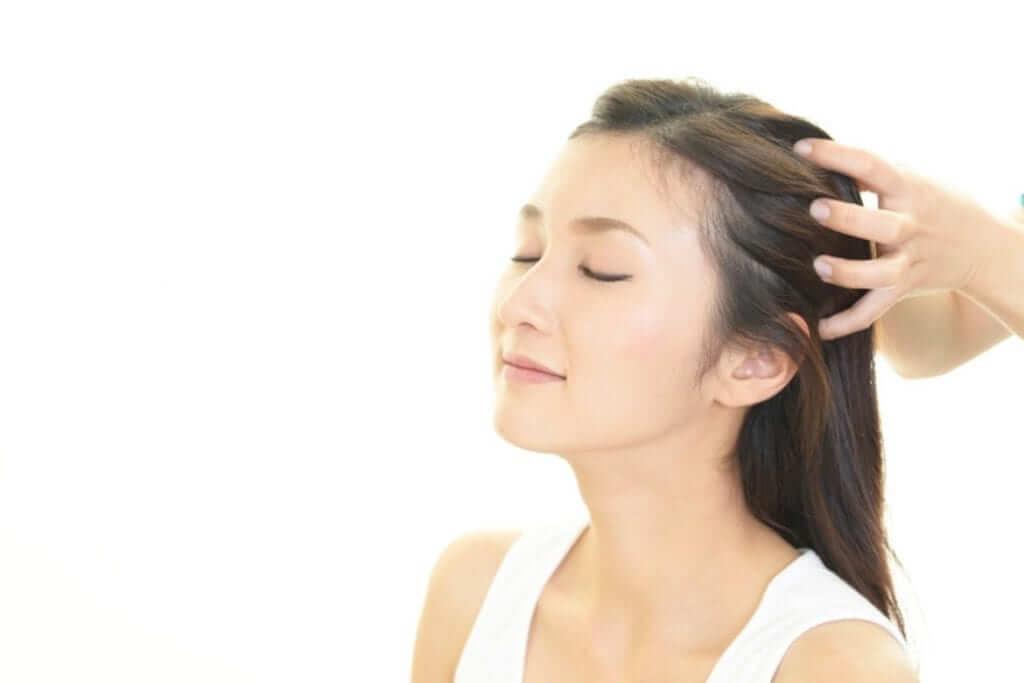Massage da đầu giúp máu lưu thông, các nang tóc được phát triển