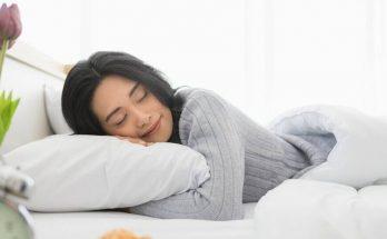 Sử dụng gối lụa giúp bạn có một giấc ngủ ngon hơn và mái tóc được giữ nếp