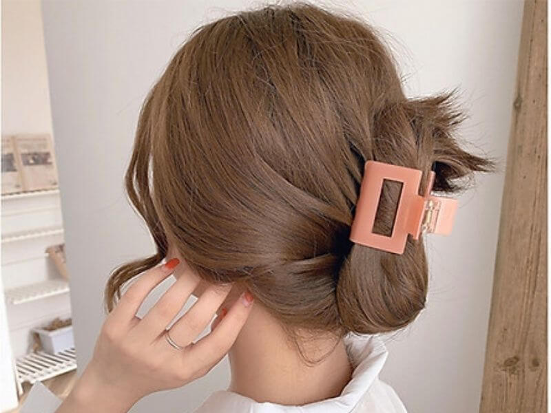 Dùng kẹp càng cua cố định lúc mái tóc luôn giữ được nếp xuyên suốt trong lúc ngủ