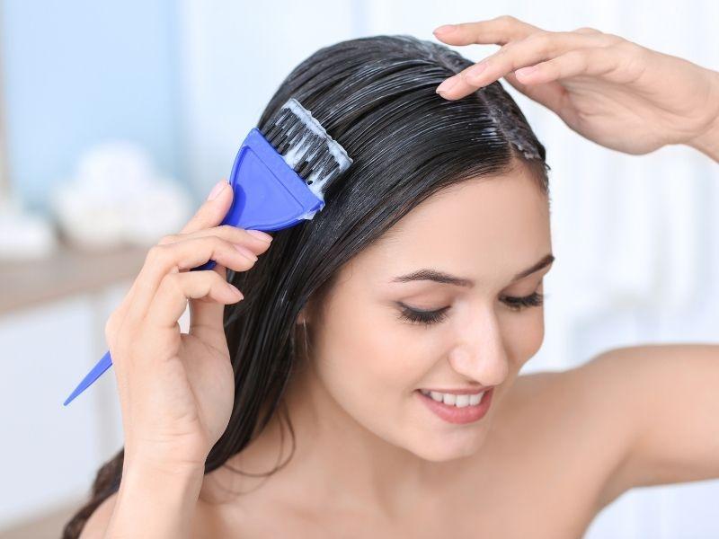 Không nên thoa dầu xả lên chân tóc vì dễ làm da đầu bị ẩm