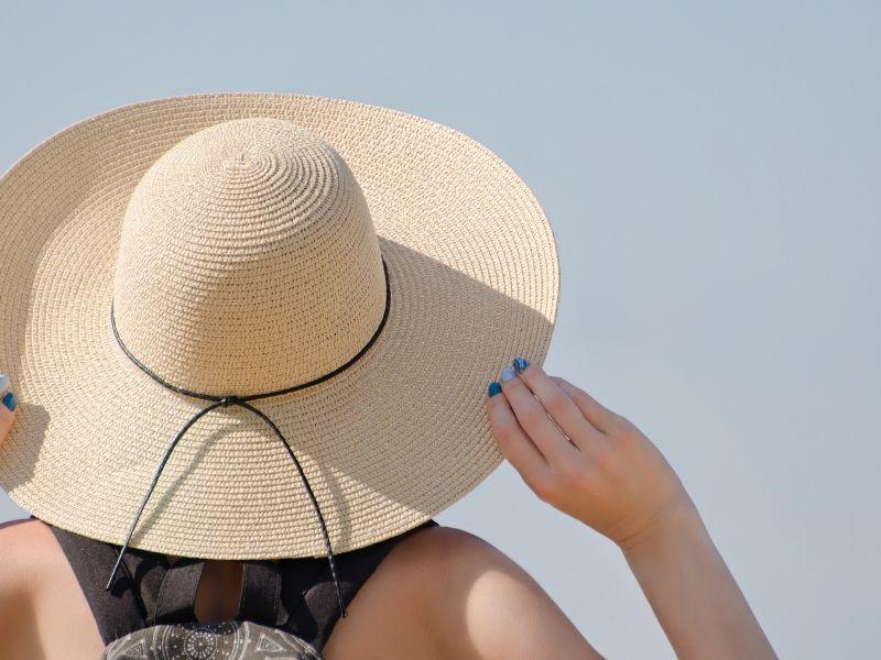 Mũ rộng vành có thể che nắng cho tóc cực kỳ tốt
