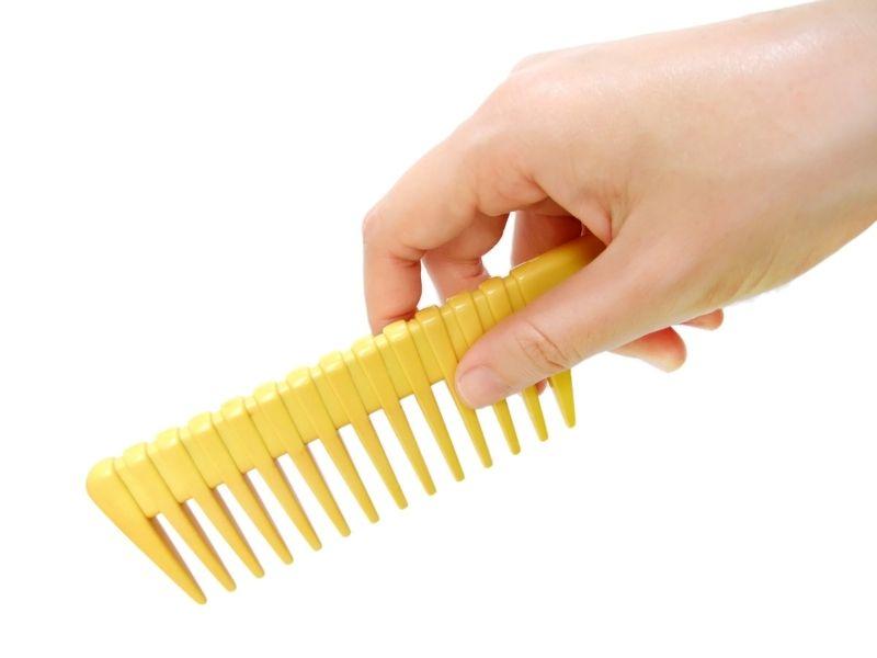 Luôn mang theo lược để chải tóc mái khi cần