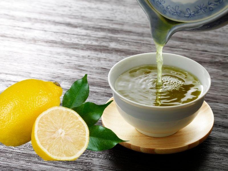 Nước trà pha nước cốt chanh dùng ủ tóc