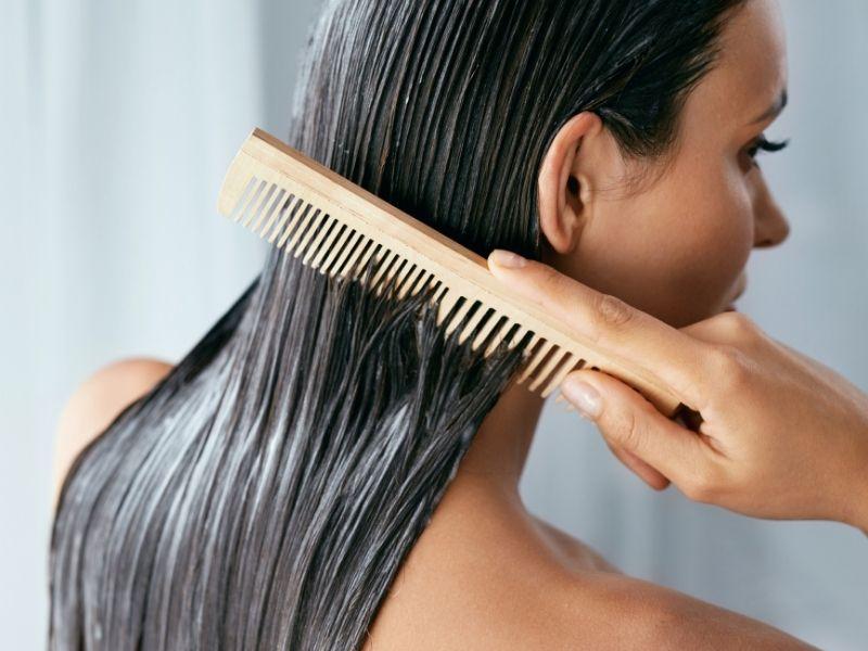 Lược răng thưa chải nhẹ giúp mặt nạ thấm đều trên tóc