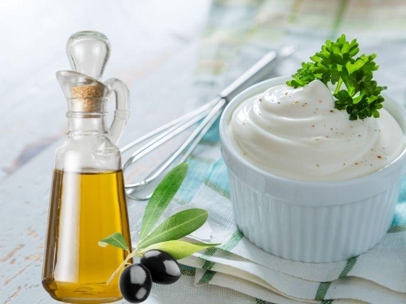 Mayonnaise kết hợp oliu giúp tóc mềm mại
