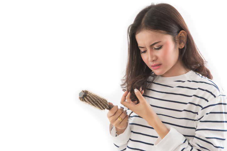 Thay đổi nội tiết tố khiến rụng tóc.