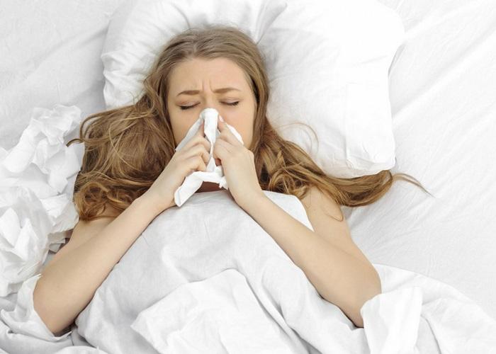 Đi ngủ với mái tóc ướt dễ bị cảm lạnh