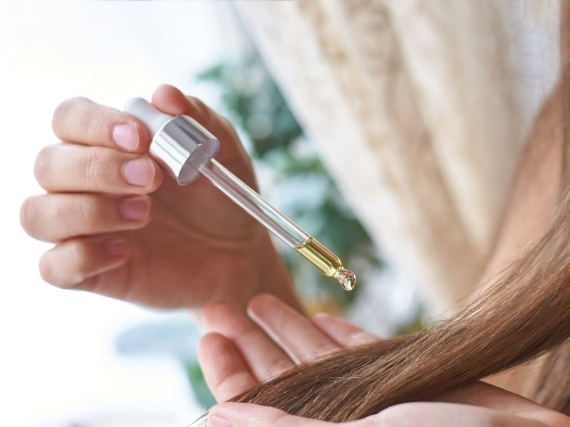 Nên bổ sung tinh dầu dưỡng để tóc suôn mượt hơn