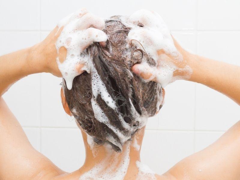 Massage đầu nhẹ nhàng khi gội sẽ tốt cho da đầu và tóc