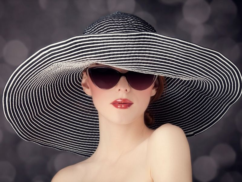 Đội nón rộng vành sẽ giúp che hết tóc khi đi dưới trời nắng