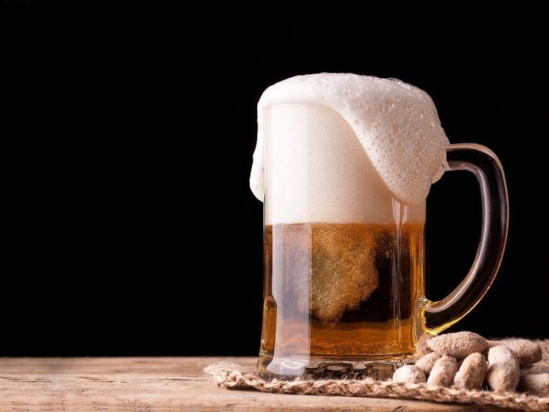 Dùng bia ủ tóc cũng giúp tóc mọc nhanh