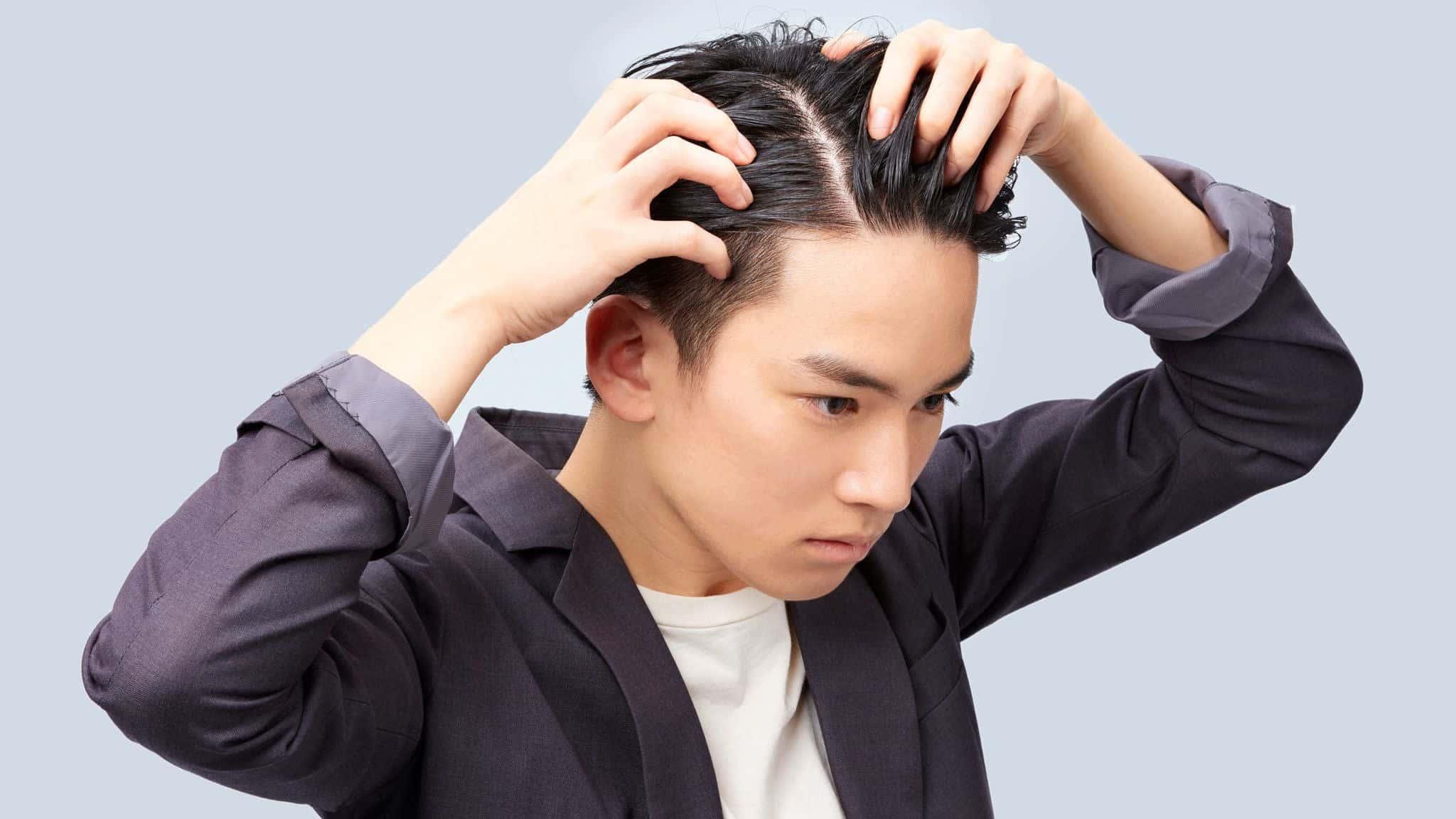 Tạo nếp tóc 7 3 bằng gel