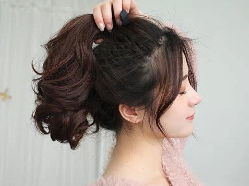 Cách cột tóc cao phồng hai bên rất đơn giản