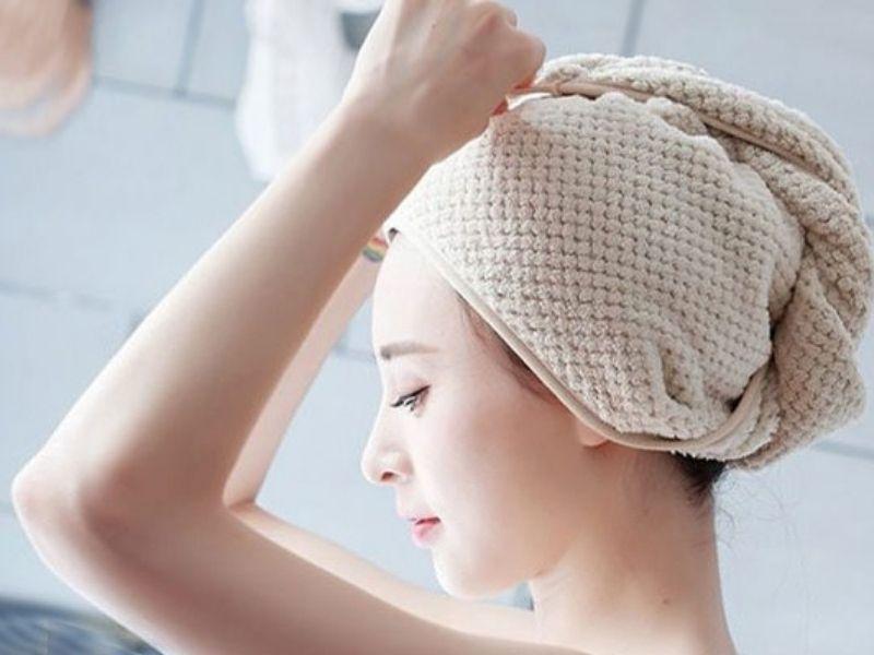 Tém hết tóc lên và quấn lại bằng khăn để ủ tóc