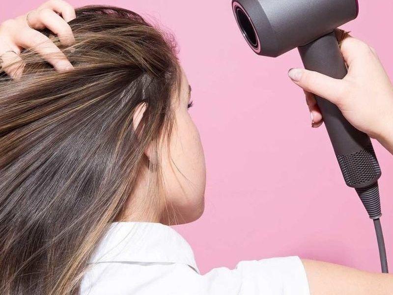 Chỉ dùng máy sấy sấy khô tóc khi thực sự cần thiết