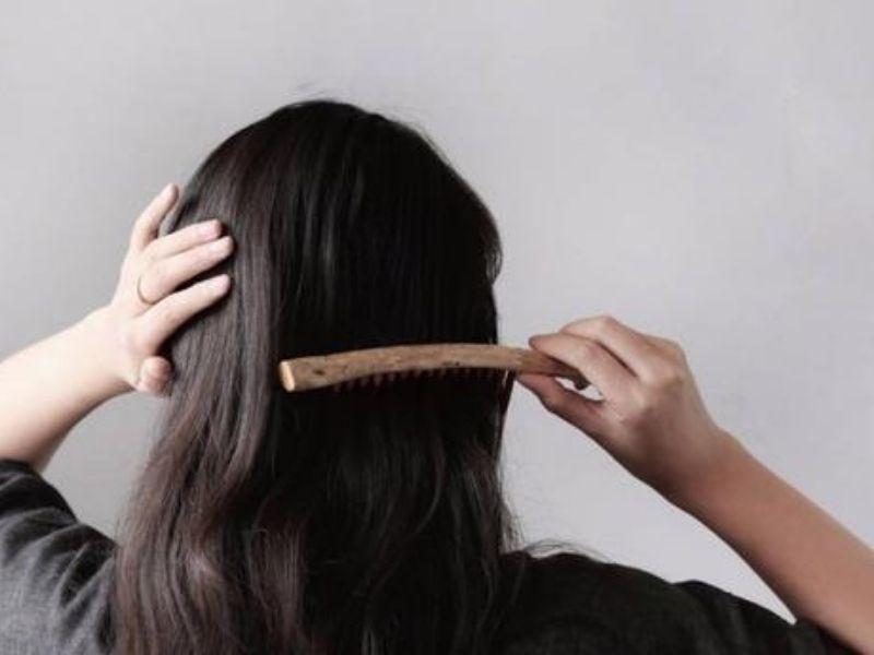 Chải tóc suôn để gỡ rối tóc trước khi gội