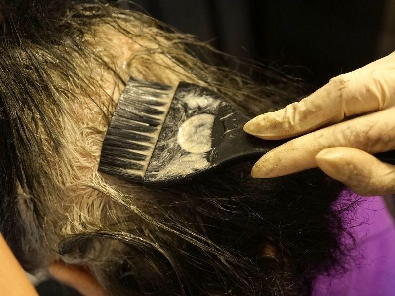 Nếu tự tẩy tóc tại nhà thì tốt nhất nên cẩn thận trong từng bước thực hiện