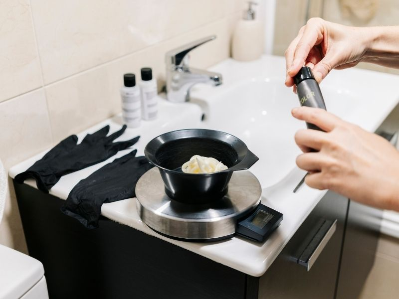 Khi pha thuốc tẩy cần tuân thủ chỉ định về liều lượng để đảm bảo an toàn cho tóc