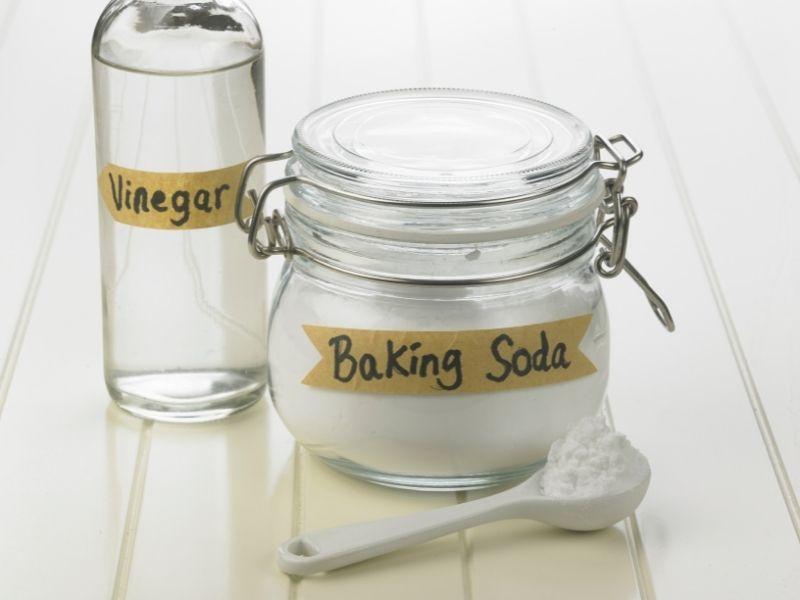 Bột baking soda có công dụng tẩy mạnh nên có thể dùng tẩy tóc