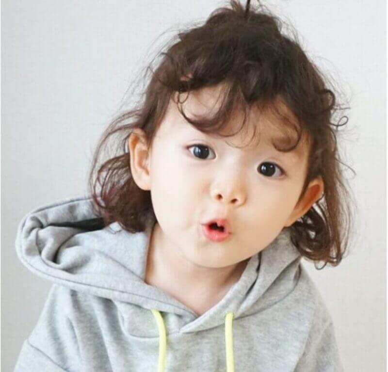 Tóc xoăn mang tới cho sự dễ thương hồn nhiên của bé nét mới lạ và độc đáo